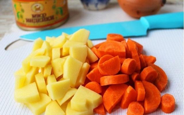 нарезать картофель и морковь
