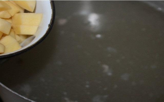 картофель в кастрюлю
