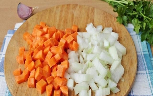 нарезать морковь и лук