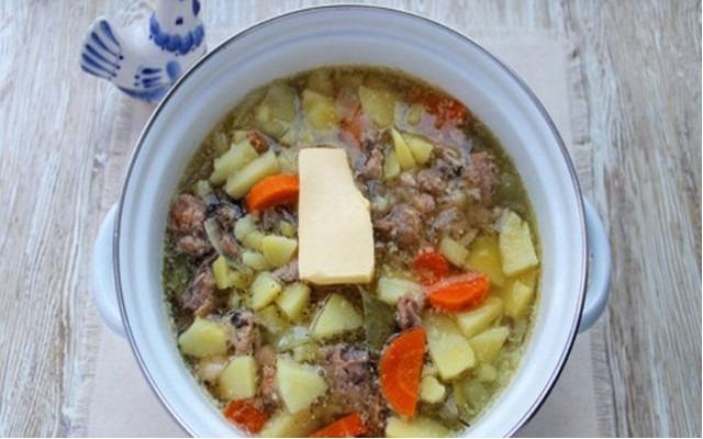 добавляем сливочное масло в готовое блюдо