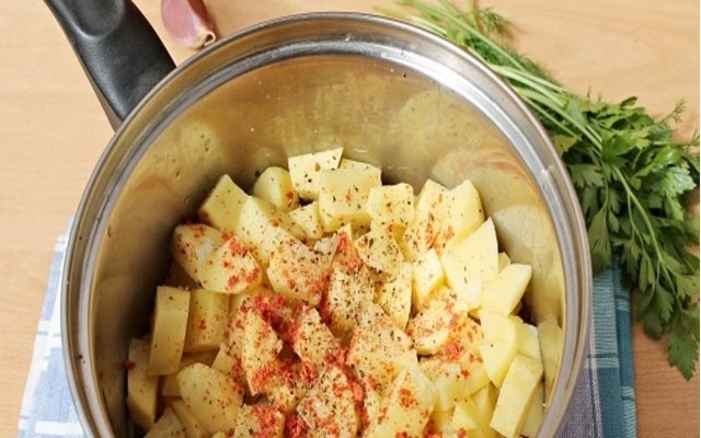 нарезаем картофель доб. перец