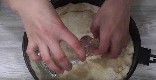 наливаем воду в пирог