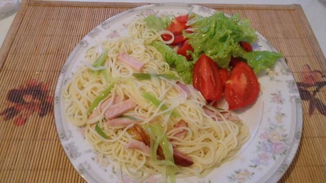 Спагетти с окороком, помидорами и салатом
