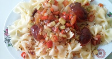 Рецепт вкусной лапши с овощным соусом и сливами, с фото