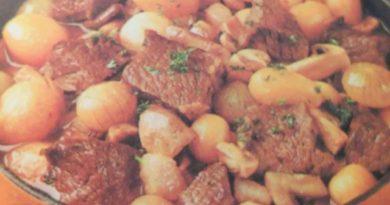 Блюда из мяса. Говядина с шампиньонами и молодой картошкой с фото