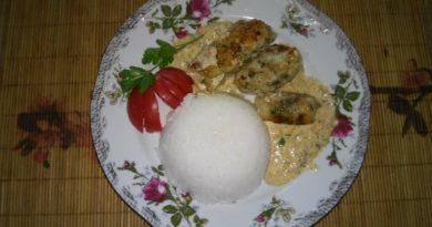 Блюдо из белой рыбы с гарниром из риса и пряным соусом с фото