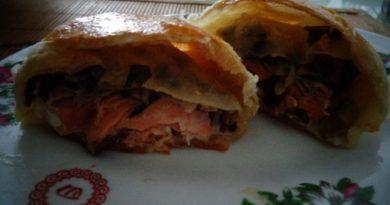 Запечённая в духовке красная и белая рыба с соусом, а также рыба в кляре