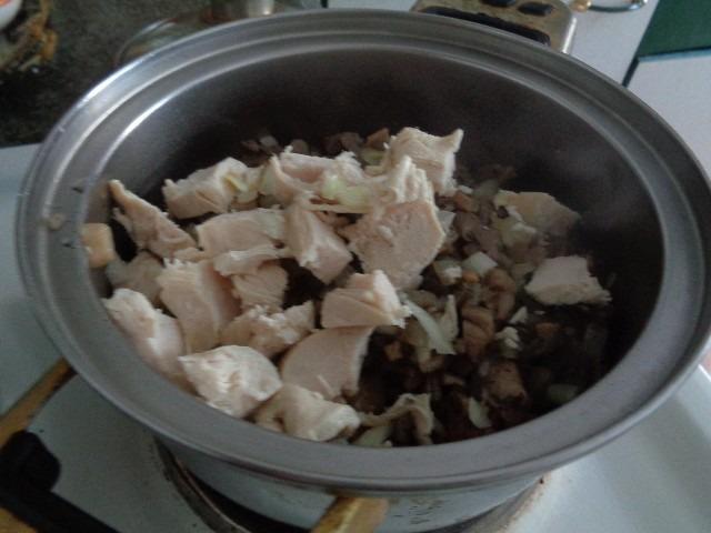 добавляем лук грибы мясо