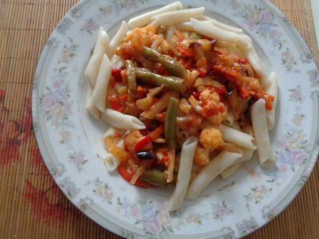 готовые макароны с овощами