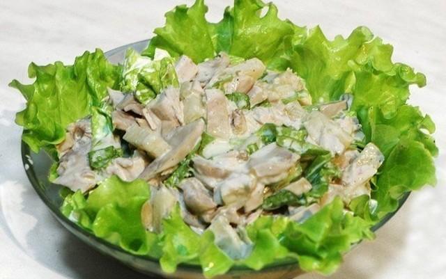 выкладываем салат на листья