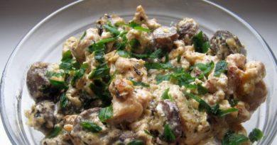 Оригинальный, очень вкусный салат с грибами, куриной грудкой и сметано-горчичным соусом