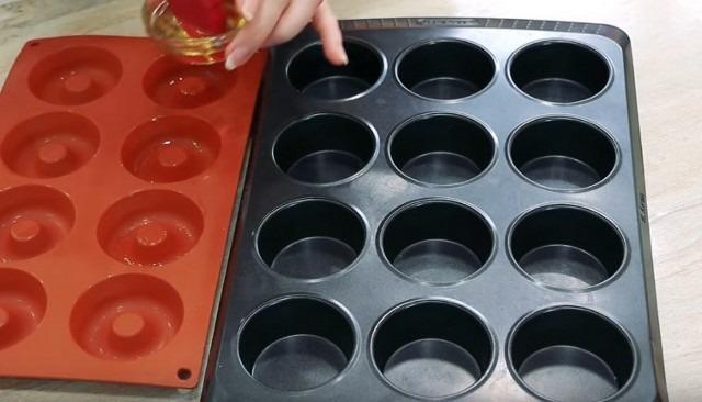 смазываем формочки растительным маслом