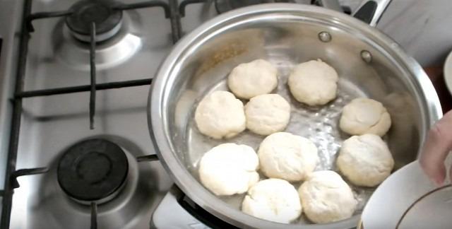 выкладываем сырники на сковороду