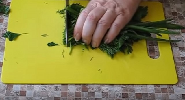 нарезаем зелень