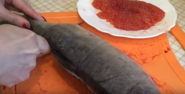 рыбу разрезаем по хребту