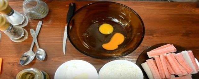 разбиваем яйца в чашку