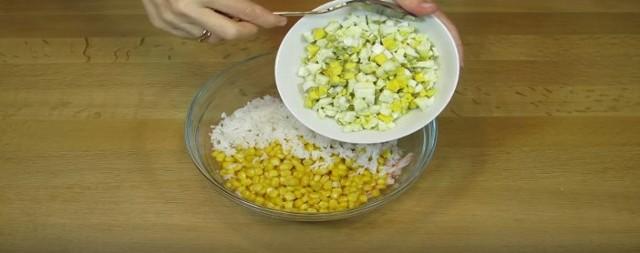 добавляем нарубленные яйца