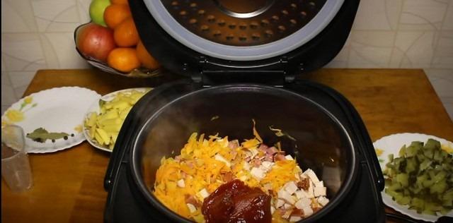 добавляем воду и томатную пасту