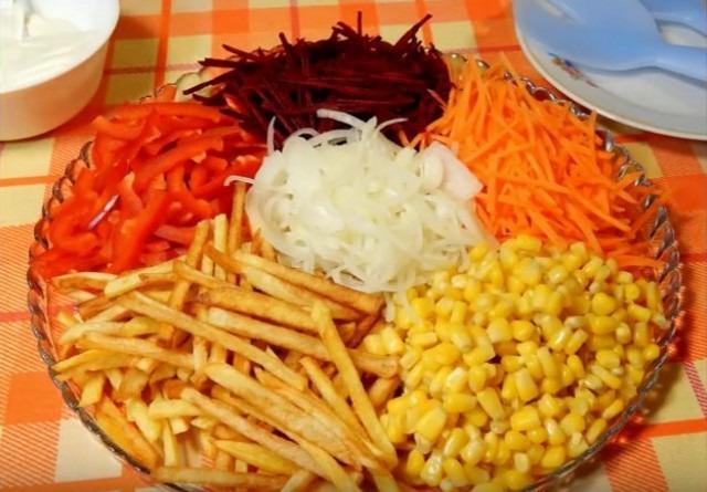 Вкусный салат с картофелем фри