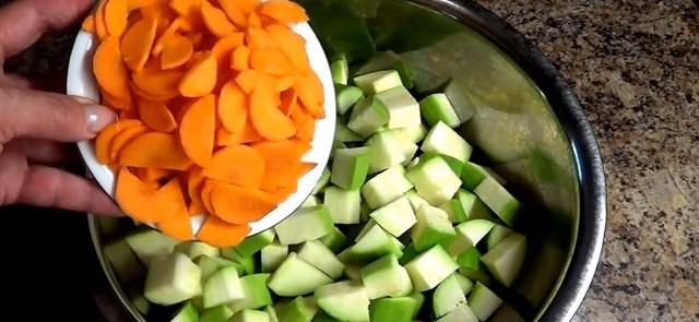 нарезанные кабачки и морковь
