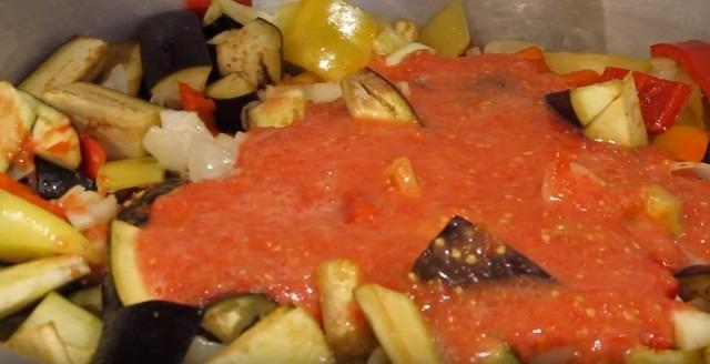 заливаем овощи помидорами