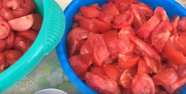 Томатный сок - нарезали помидоры