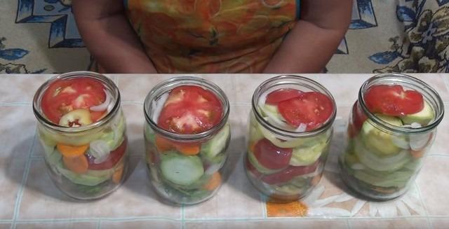 разложили салат из кабачков на зиму по банку