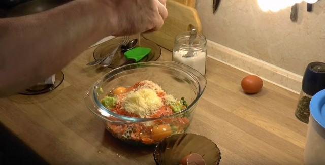 добавляем морковь, чеснок, сыр, яйцо