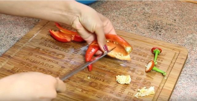 удаляем семена у острого перца
