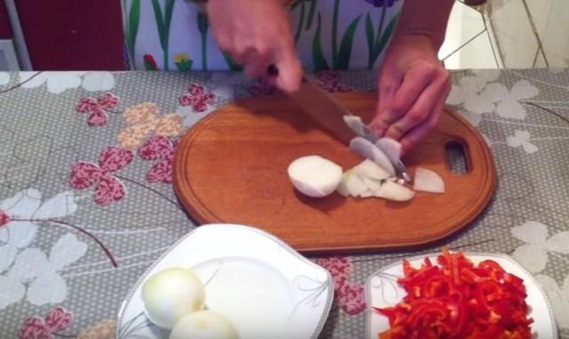 нарезаем лук