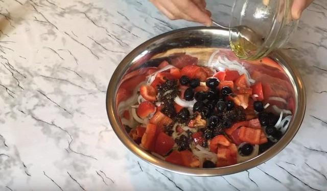 кладём маслины и наливаем соус