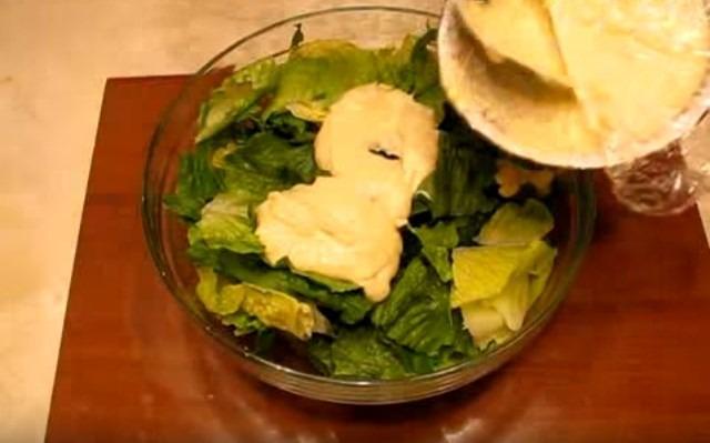 рвём салат заправляем соусом