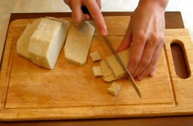 нарезаем хлеб на сухари