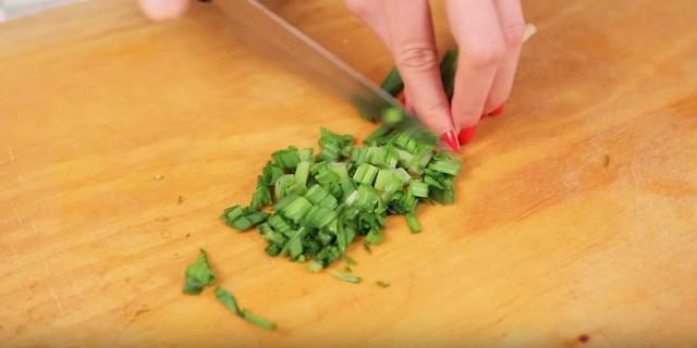 нарезаем зелёный лук