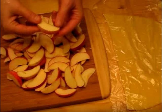 нарезали яблоки