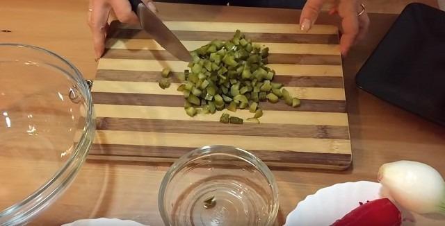 нарезаем солёные огурцы