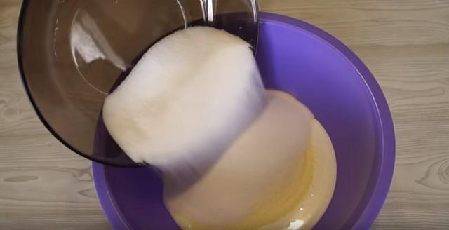 добавляем кефир, манку, сахар
