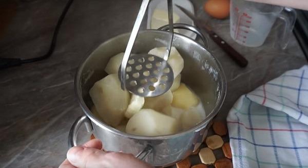 в картофель добавляем молоко и масло