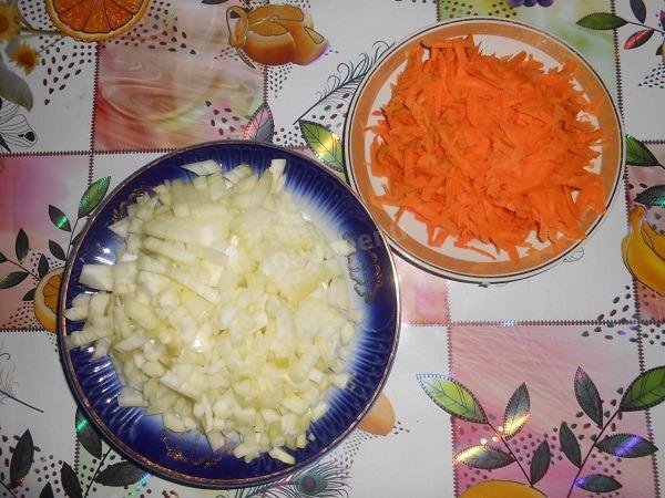 покрошить лук и натереть морковь