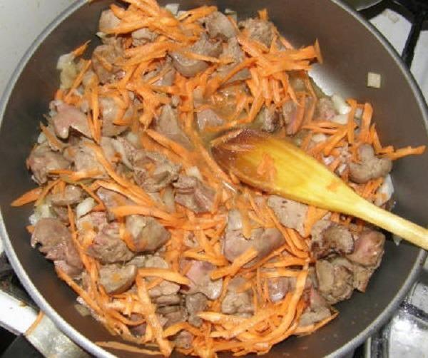 обжарить печень с морковью и луком, добавить картофель