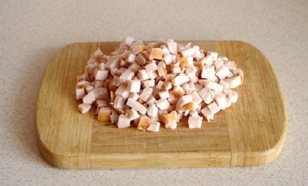 покрошить куриное мясо кубиками