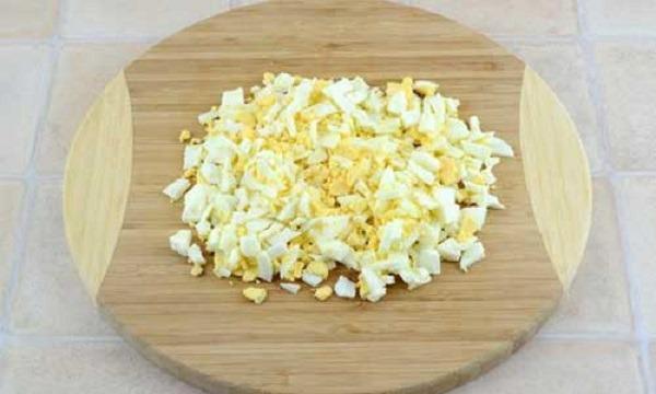 покрошить кубиками яйца