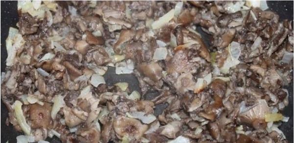 добавляем грибы в лук и обжариваем