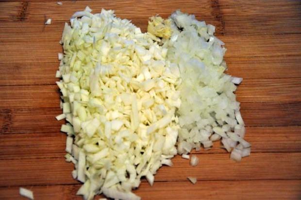 крошим кубиками лук и капусту