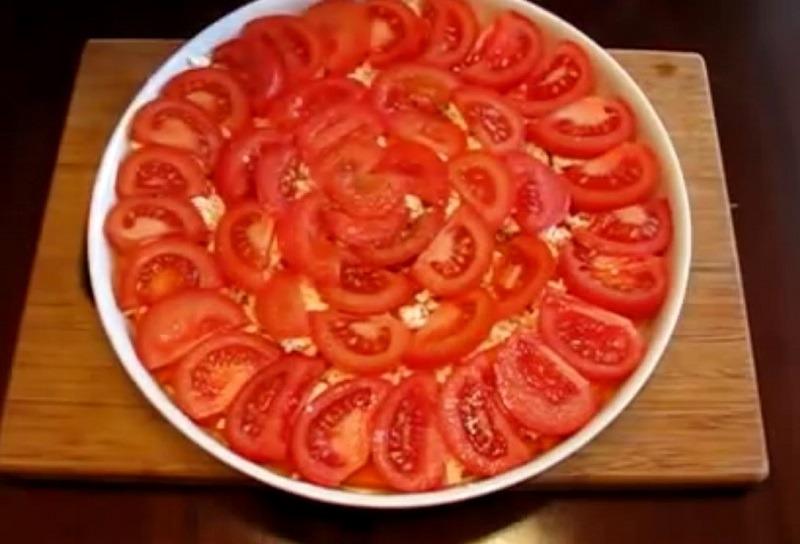 выкладываем помидоры тонким слоем