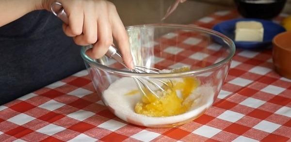 смешиваем яйца с ахаром и ванильным сахаром