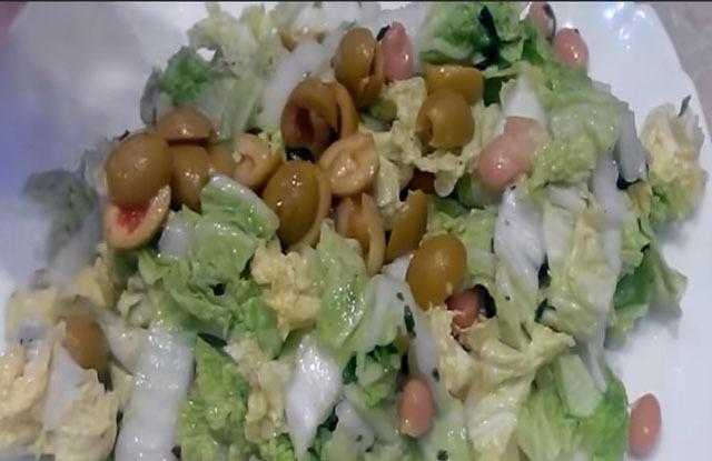 высыпать резаные оливки пополам