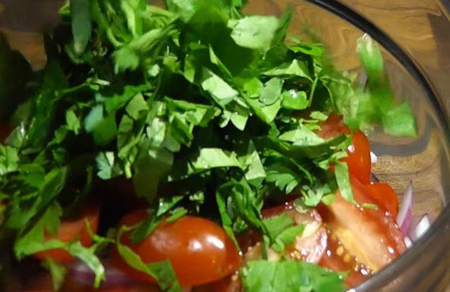 добавляем зелень в салатник