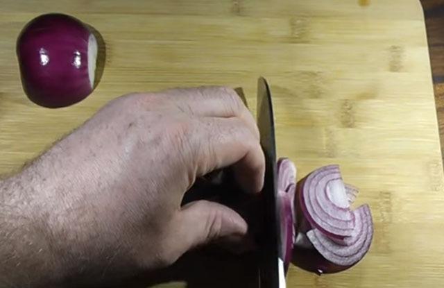режем лук полукольцами