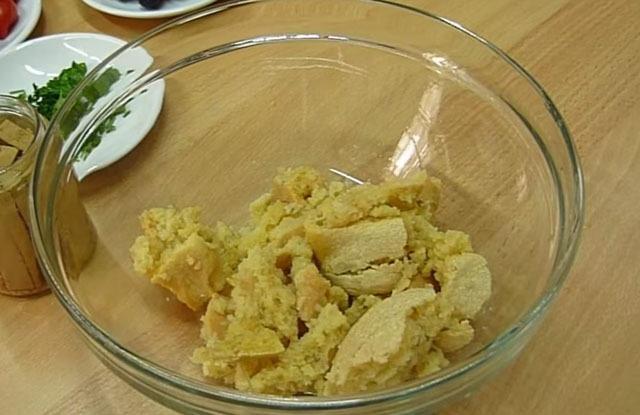 отжимаем хлеб, перекладываем в салатник